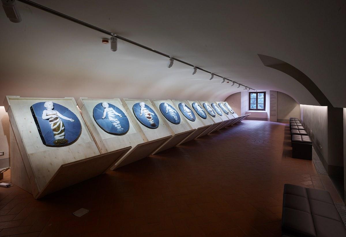 Ipostudio nuovo Museo degli Innocenti Firenze allestimento dei Putti di Andrea Della Robbia del portico esterno dell'Istituto degli Innocenti imagecredits foto Pietro Savorelli