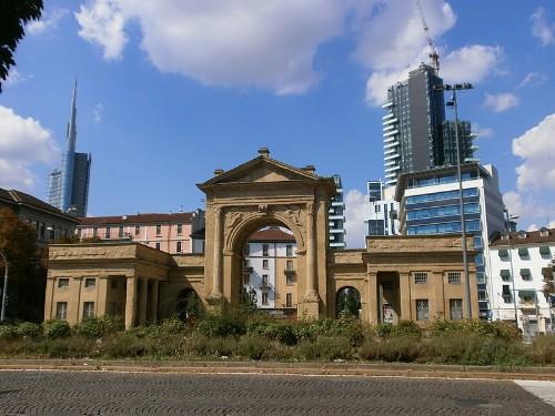 L'arco di Porta Nuova con la Torre Solaria a destra sullo sfondo agosto 2013 imagecredits Stefano Stabile CC-BY-SA-3.0