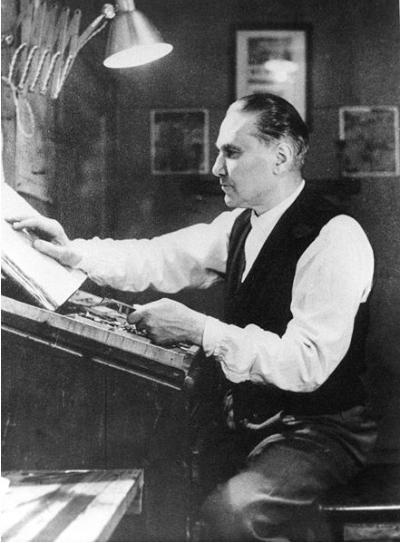 Alberto Tallone mentre compone un testo alla cassa tipografica imagecredits Elisa Tallone CC PD