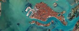 Veduta satellitare di Venezia imagecredits Robert Simmon NASA's Earth Observatory PD