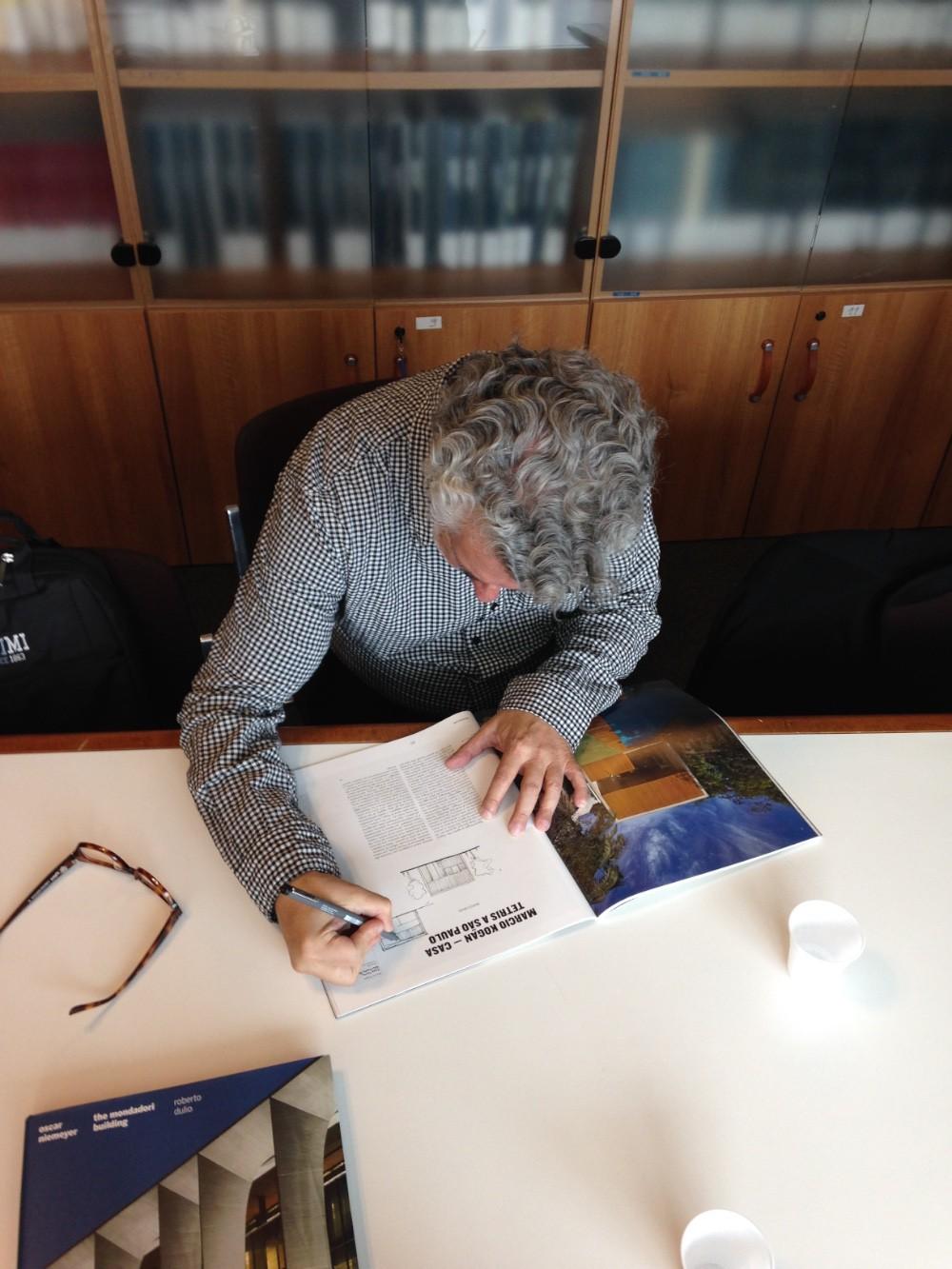 Marcio Kogan autografa il numero 846 di CASABELLA imagecredits Maria Pilar Vettori
