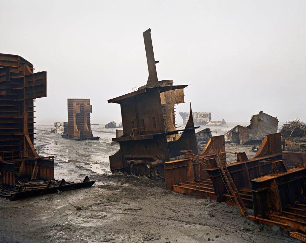 Edward Burtynsky Shipbreaking #10, Chittagong, Bangladesh, 2000 © Edward Burtynsky, courtesy Nicholas Metivier Gallery, Toronto Gallerie Springer, Berlin