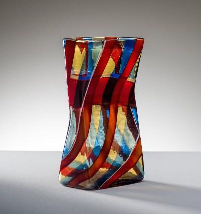 Fulvio Bianconi vaso scozzese a fasce policrome ritorte incrociate con fasce orizzontali pagliesco e rosso 1954-57 imagecredits stanzedelvetro.it