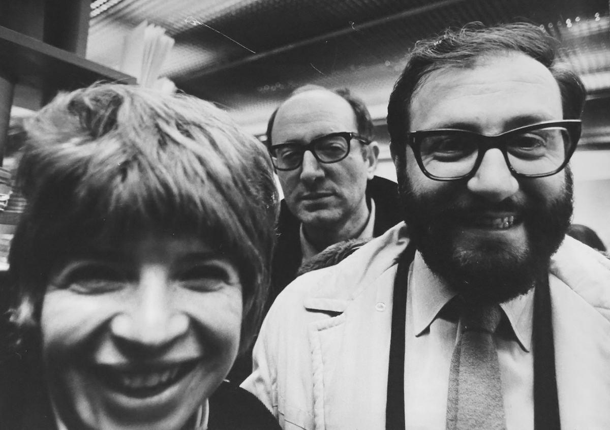 Carla Cerati, Umberto Eco all'inaugurazione di M.A.R.C.O., Milano 1971, dalla serie Mondo Cocktail | stampa gelatina bromuro d'argento, 27,5x39,5cm © Carla Cerati