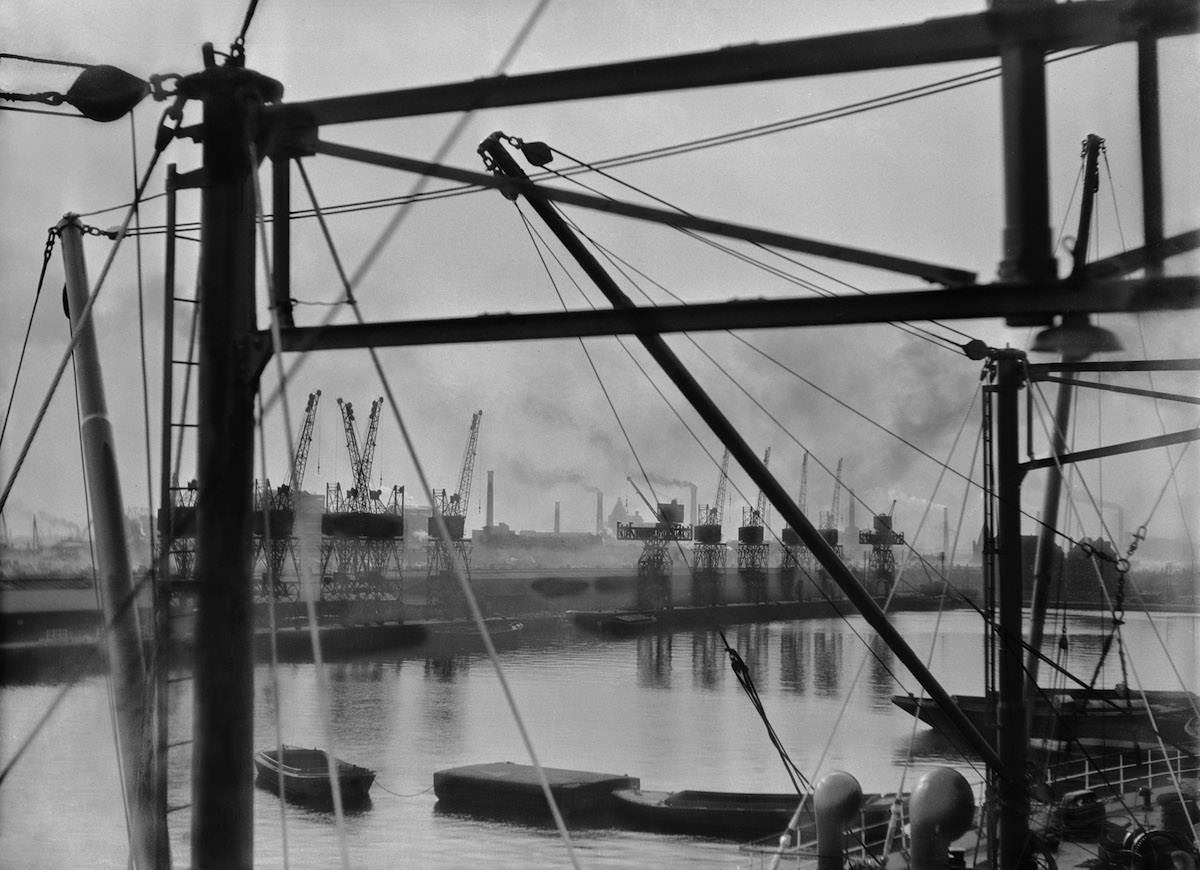 E.O. Hoppé, King George V's Docks, London, England, 1934 © 2018 Curatorial Assistance, Inc. : E.O. Hoppé Estate Collection