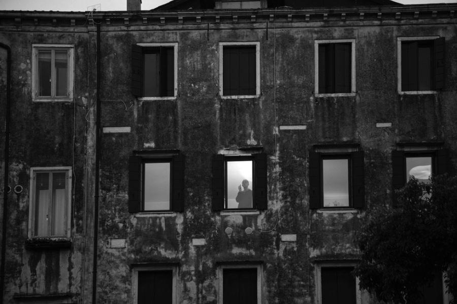 Ferdinando Scianna, Meditazione notturna in Ghetto Nuovo © Ferdinando Scianna Magnum Photos courtesy treoci.org