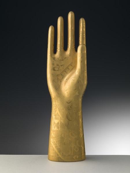 Gio Ponti, Mano della fattucchiera, 1930-1935, porcellana. Sesto Fiorentino, Museo Richard-Ginori della Manifattura di Doccia